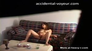Voyeur : Une camera cachee filme la babysiter en train de se toucher