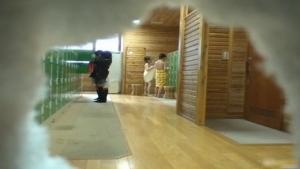 De jolies et jeunes japonaises se détendent dans un therme