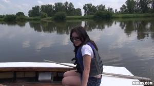 Un riche russe embarque avec une femme perdue