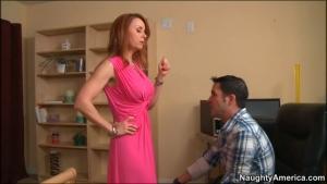 Une belle mère donne un cours de sexe à son beau fils
