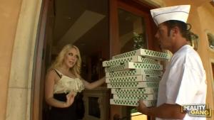 Kagney Lynn Karter s'est fait livré sa pizza