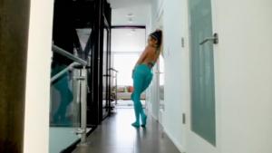 Tori Black se fait déchirer ses collants turquoise