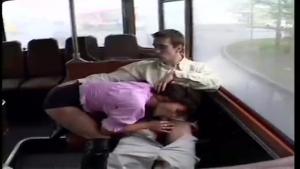 Nina Roberts baise dans un bus public