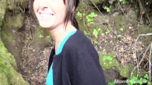 Jeune MILF baisée dans les bois