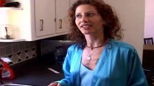Mère de famille maghrebine se prend une grosse bite dans la cuisine