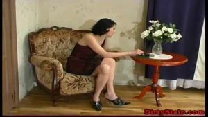Femme cougar brune très cochonne se réjouit à l'idée de se faire caresser et niquer par un jeunot un peu timide