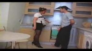 Femme mure baise avec le fiston dans la cuisine