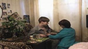 Jeune vicieux défonce un institutrice mature chez elle
