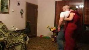 Deux amoureux dansent avant de baiser comme des castors