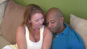 Mère au foyer prend du plaisir avec un jeune black bien monté