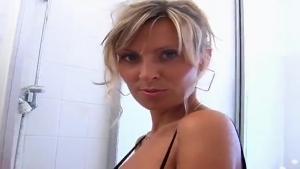 Exhib sous la douche pour une blonde au gros seins