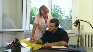 Relation secrète avec la secrétaire cougar qui passe sous le bureau
