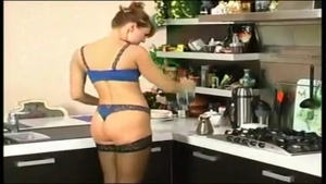 Une rousse très coquine se fait prendre dans la cuisine