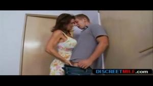 Rebecca se tape un petit jeune entre ses seins