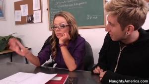 Un jeune homme profite de la nymphomanie de sa prof