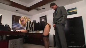 Nicole Aniston la secretaire milf tres salope