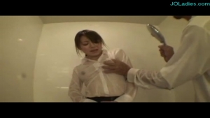Secretaire japonaise en tailleur se fait peloter sous la douche