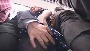 Une japonaise se fait peloter dans le train