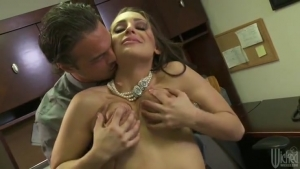 Gracie Glam pinnée sur son bureau