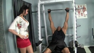 Eva Karera se fait déglinguer dans la salle de gym