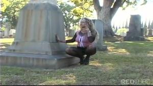 Une dame habillée de façon vulgaire se touche au beau milieu d'un cimetière!!