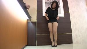 Reiko nakamori nouvelle recrue dans le salon de coiffure pour vip