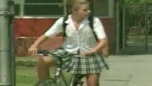 Jeune écolière russe adore pisser dehors