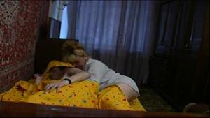 Une maman cochonne s'incruste dans le lit d'un jeunot