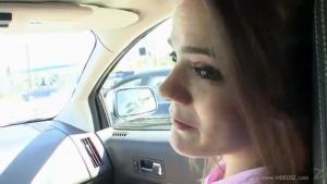Tristine jeune écolière habillée comme une petasse se fait prendre en voiture par un vieux perver