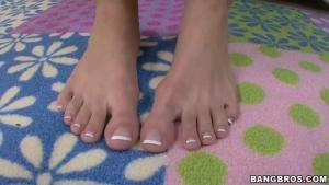 Samantha Saint branle son mec avec les pieds