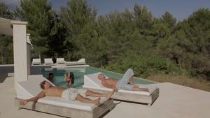 Deux couples baisent à la piscine