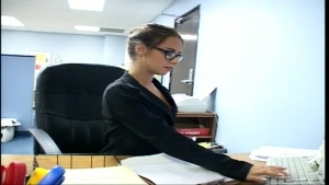 Secrétaire coquine se fait troncher au bureau