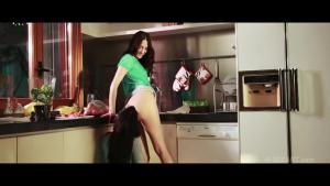 Baise romantique dans la cuisine entre lesbienne avec la belle italienne Valentina Nappi