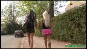 Cora et sa copine en mini jupe montrent leurs petite culotte