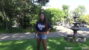Jeune étudiante fraiche taille une pipe au bord de la piscine