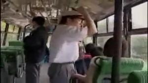 Jeune mère de famille japonaise au dessus de tout soupçon se met à branler le contrôleur puis se laisse doigter au fond du bus!
