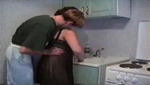 Il adore baiser sa belle mere dans la cuisine