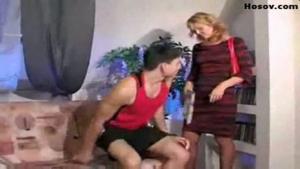 Cette belle mère se fait chevaucher dans le salon par son beau fils