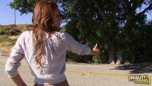 Melanie Rios fait de l'auto stop