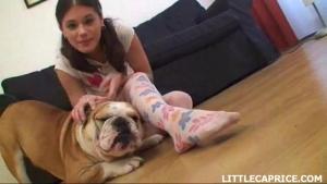 Jeune brunette joue avec son chien et son gode