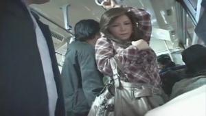 Japonaise pelotée et abusée dans le bus
