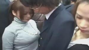 Chaudasses japonaises prennent un passager en sandwich