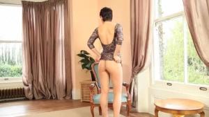 Teen brune de 18 ans exhibe son cul dans un grand salon