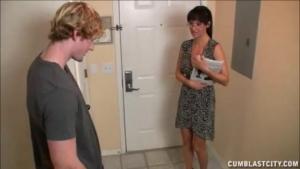 Cette femme cougar attrape un jeunot dans les couloirs
