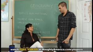 Professeur de géo à forte poitrine baise avec un élève en salle de classe.