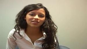 Laura passe un entretien pour devenir secrétaire