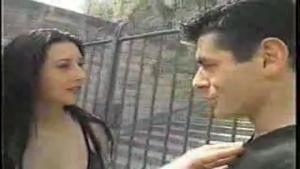 Une chaude salope se fait baiser par deux mecs en public