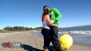 Charlotte de castille se fait passer dessus par kevin white sur une plage de Barcelone