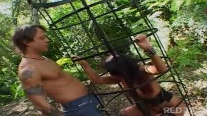 Eva angelina retenue dans une cage se fait baiser sauvagement