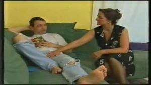 Femme cougar allemande chauffe un jeune homme